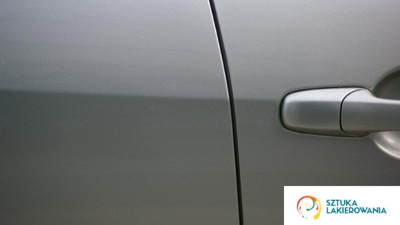 Usługi blacharsko-lakiernicze - idealnie spasowany szary lakier na samochodzie.